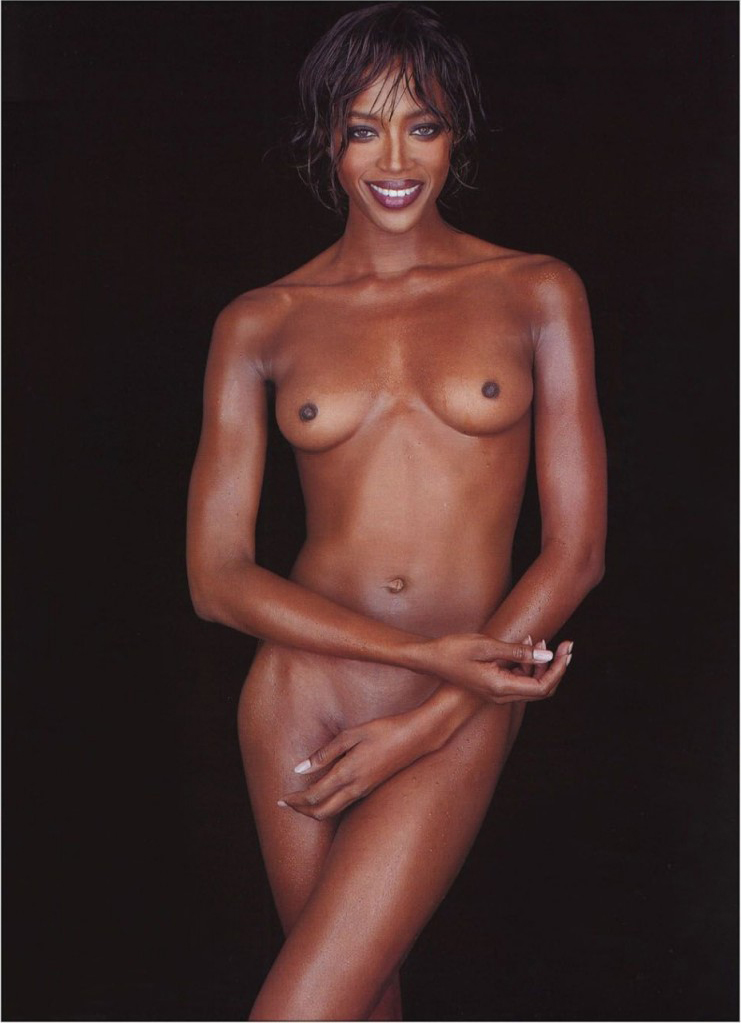 naomi-campbell-completely-nude-coverenig-her-pussy-with-hand
